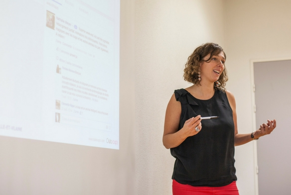 Virginie Strauss animant un webcafé pour les commerçants
